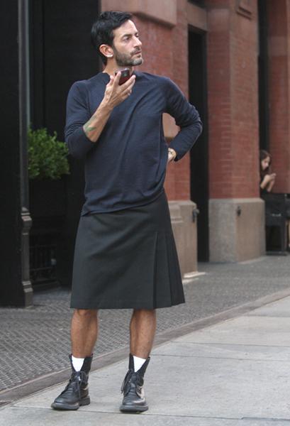 Marc Jacobs vestindo uma saia